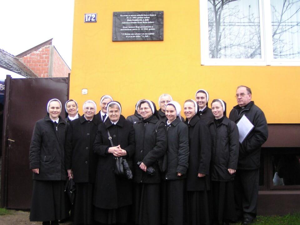 Sestre ispred kuce u godinjeku
