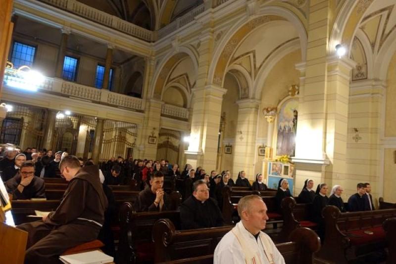 Molitveno bdijenje za svećenička i redovnička zvanja u crkvi Kraljice svete Krunice